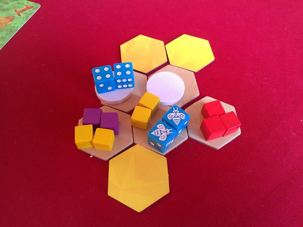 Върху една пита, може да се постави или яйце, или нектар. Максимум 4 кубчета нектар. В този случай, играчът е избрал да оплоди едно яйце, а с другите две е запланувал да направи медена пита (ако успее преди това да докара още два нектара)