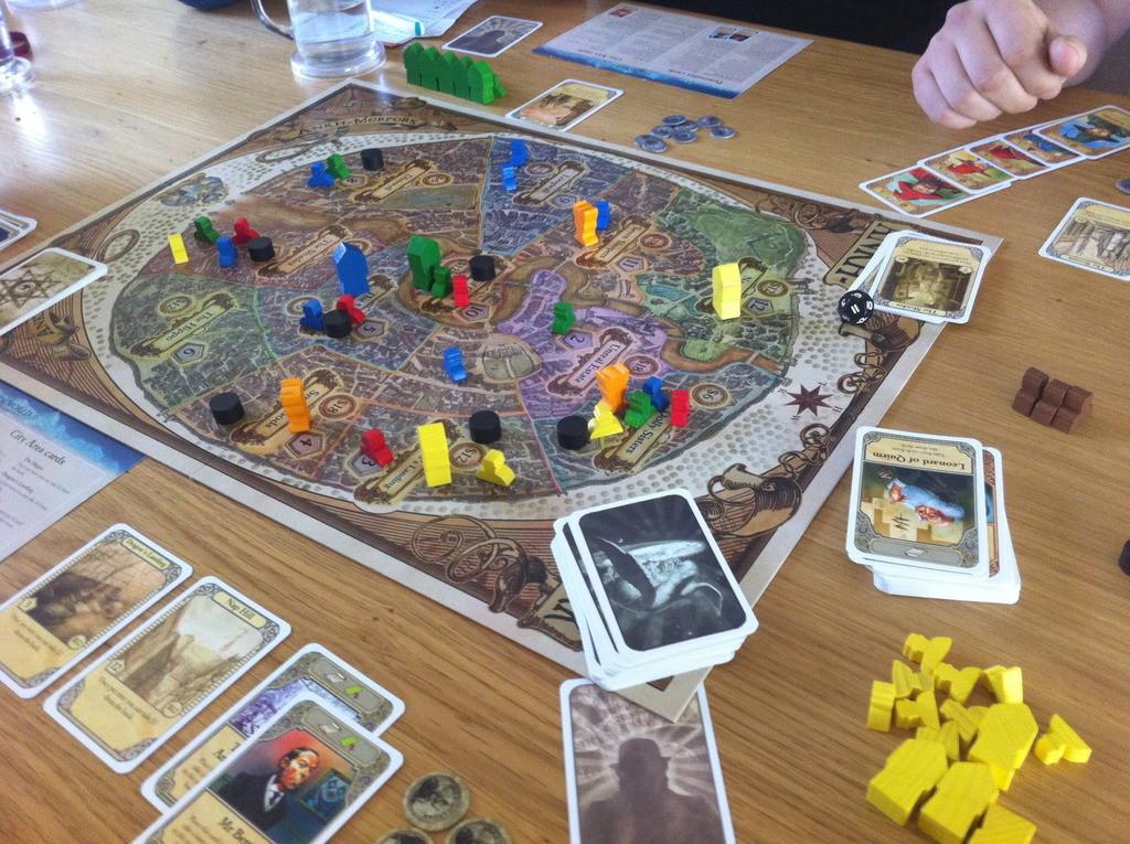 Типичен ден в града - демони, беди, пожар, наводнение и магьосници навсякъде! (източник - boardgamegeek)