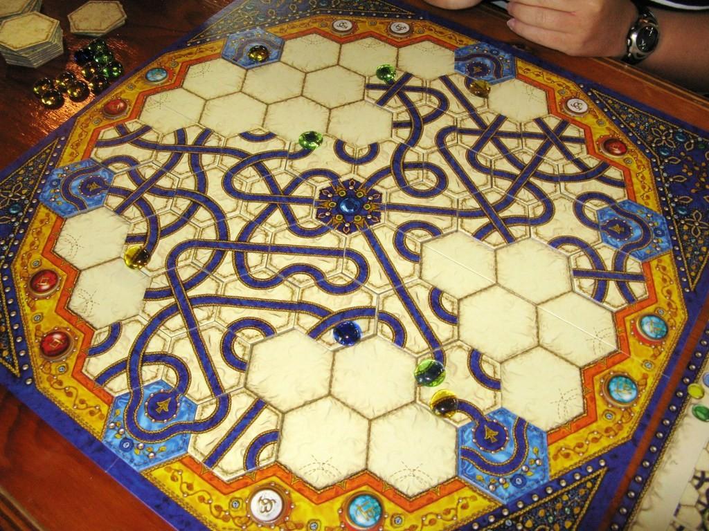 След средата на играта пътищата се завръзват и можете да придвижите камък от едния чак до другия край на дъската.