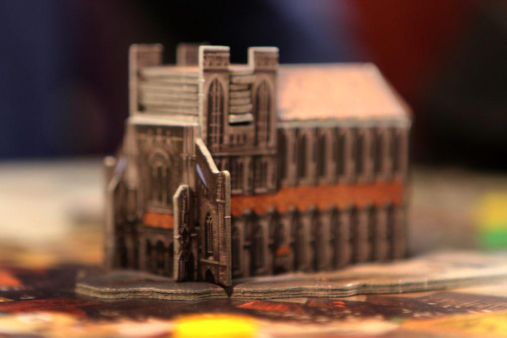 Катедралата, която строите като поставяте плочка със събитие всеки рунд в отвора