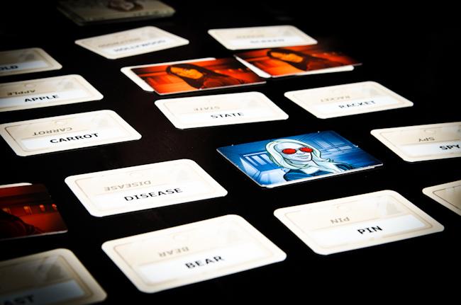 Codenames – семейно ревю на страхотна парти игра