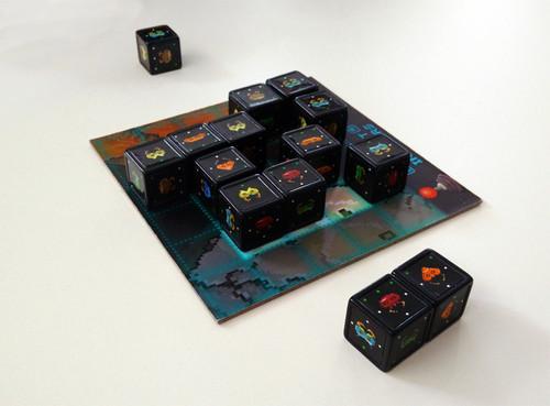 Pocket Invaders – шах със зарове и лек ретро аромат